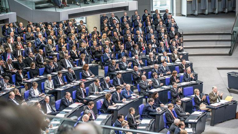 De AfD-fractie applaudisseert in de Bondsdag. Beeld Marlena Waldthausen