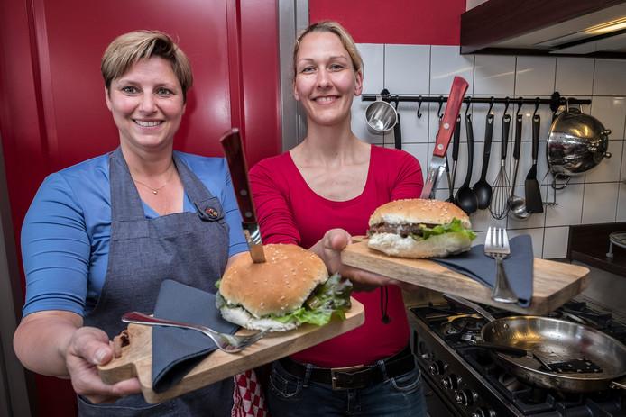 Miriam van den Broek (links) zorgt voor de burgers,  Margriet Maassen voor het brood.