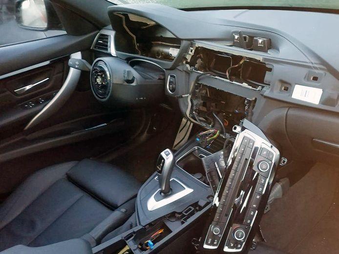 Een van de auto's die door de inbrekers werden leeggeroofd.