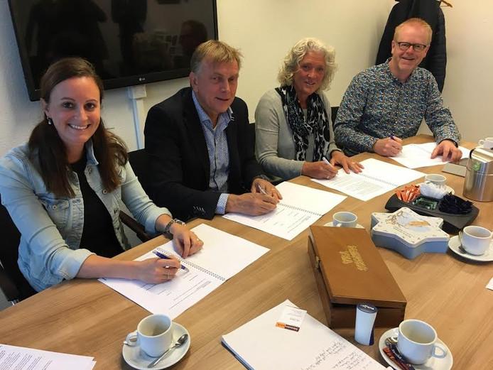 Elleke Geurtsen (Timing Uitzendteam), Eddy Gelhever (Meesterwerk), Marlene Dettingmeijer (AT Groep) en wethouder Rob Christenhusz (vanaf links) tekenen de overeenkomst.