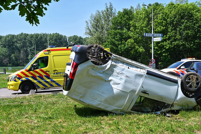 Auto over de kop na ongeval Klundert.