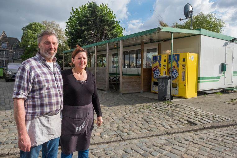 Martine en Marc bij hun frietbarak Royerssluis aan het Noordkasteel.