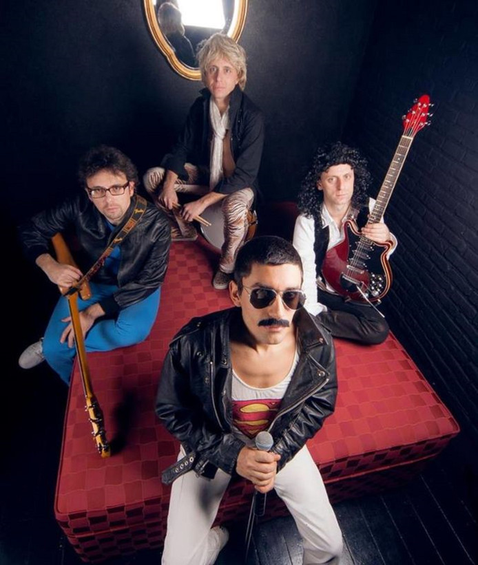 Tributeband The Great Queen Rats laat zaterdagavond 2 juni in het Openluchttheater in Nijverdal de oude tijden van Freddy Mercury , Brian May, John Deacon en Roger Taylor  herleven