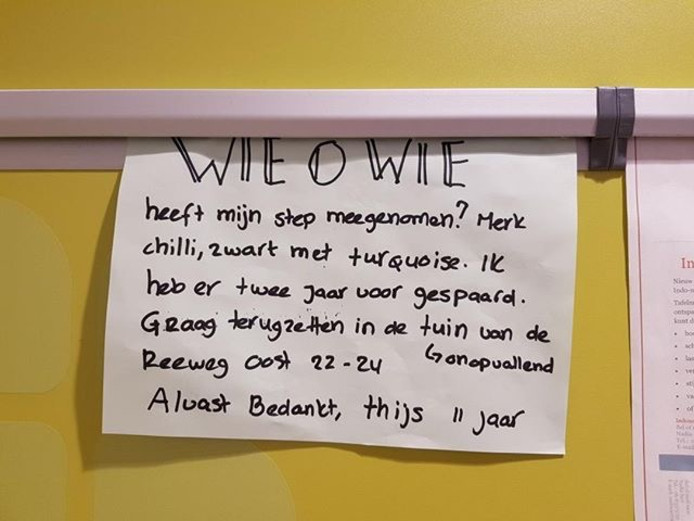 Het handgeschreven briefje aan de muur van de PLUS.