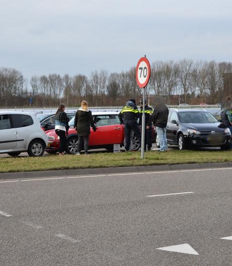 Auto's botsen bij stoplicht in Breda: geen gewonden en de schade valt mee