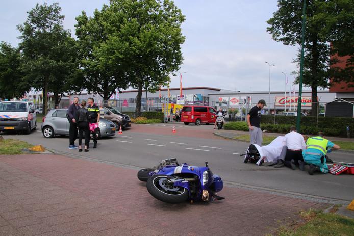 De motorrijder botste op de zijkant van de auto.