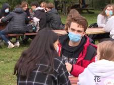 In deze school is het verplicht om altijd een mondmasker te dragen, zelfs tijdens de pauze