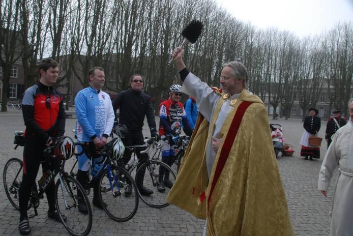 Plebaan Van Rossem zegent alle deelnemers tegen het kwaad.
