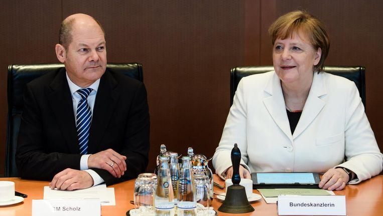 Bondskanselier Angela Merkel en minister van financiën Olaf Scholz tijdens de eerste kabinetsvergadering van de nieuwe Duitse regering Beeld epa