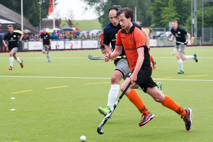 Archieffoto Victor Ezendam (HCM) omspeelt een verdediger.
