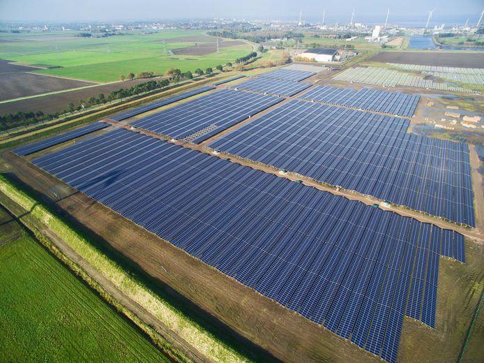 Luchtfoto van zonnepark nabij Delfzijl.