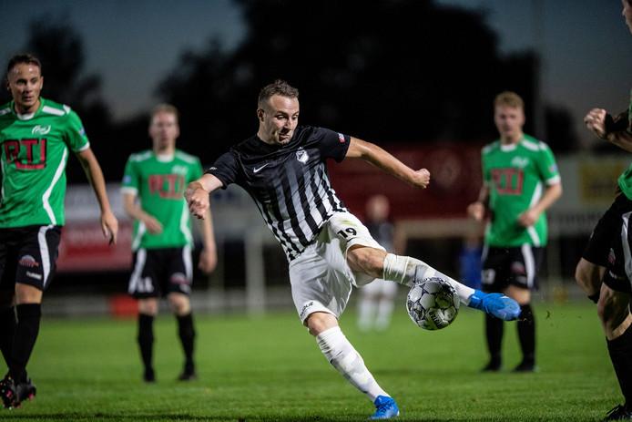 Silvolde-speler Kelvin Meijer haalt uit, maar schiet net voorlangs.