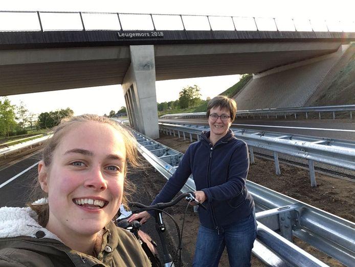 Julia van der Linde (links) en Rieta van der Linde, nabij viaduct Leugemors 2018 tussen Neede en Eibergen. Overdag lukte het ze niet een kijkje te nemen, 's avonds wel. Het was toen nog druk met kijkers op de fiets.