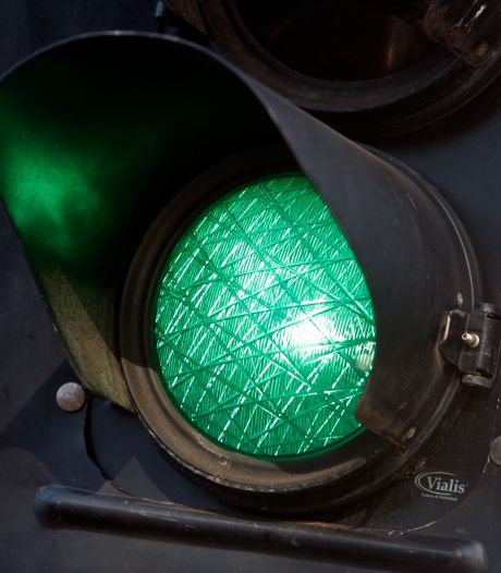 Minder lang wachten voor rood: twee kruispunten in Hengelo krijgen slimme verkeerslichten
