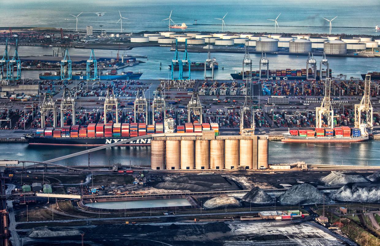 De zware industrie in de haven van Rotterdam is goed voor 17 procent van alle CO2-uitstoot in Nederland. Beeld Raymond Rutting / de Volkskrant