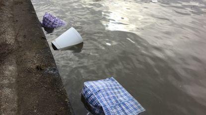 Sportzakken met potgrond en chemicaliën komen boven drijven in Albertkanaal in Schoten