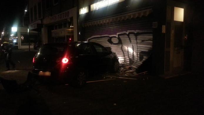 De daders hebben de auto achtergelaten na de ramkraak op de juwelier aan de Hommelstraat.