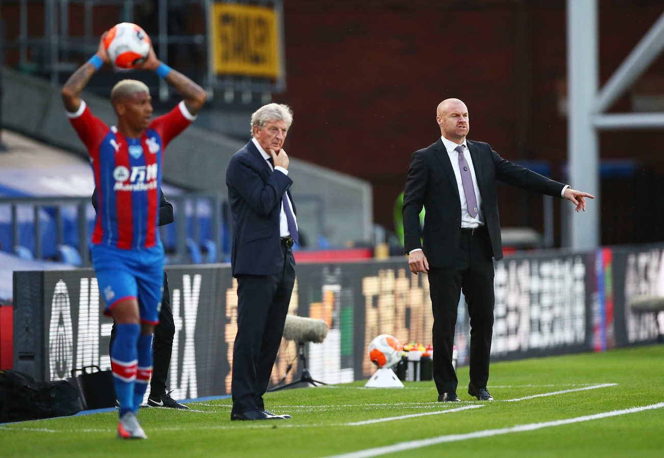 Roy Hodgson (midden) ziet hoe Patrick van Aanholt namens Crystal Palace een ingooi neemt.