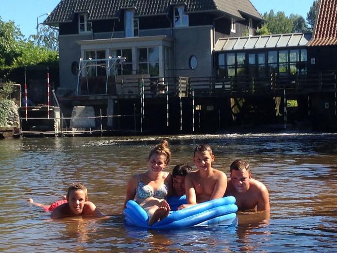 Mats Berendsen, Romy de Laat, Timo van den Heuvel, Nick Fiddelaars en Rene van der Putte genieten van het mooie weer.