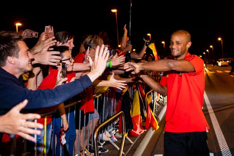 Vincent Kompany neemt uitgebreid de tijd om de tientallen toegestroomde fans te groeten en met hen op de foto te gaan.