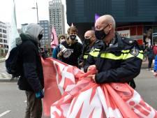Politie grijpt in bij actie Extinction Rebellion Eindhoven: 'Geef hier dat spandoek'