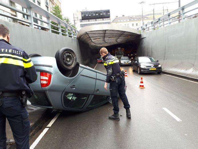 De bestuurder van de auto raakte niet gewond nadat zijn auto over de kop sloeg in de Willemstunnel.