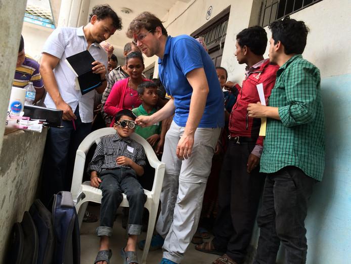 In Nepal worden ogen opgemeten