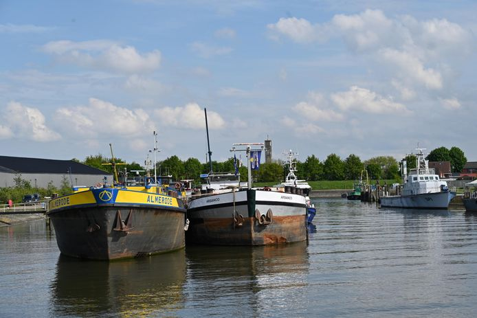 De rechterboot is de  'drugsboot' in Moerdijk