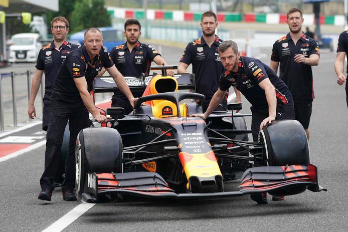De auto van Max Verstappen wordt richting de garage geduwd op het circuit van Suzuka.