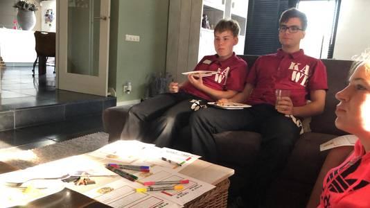 Deelnemers in een thuiskamer.