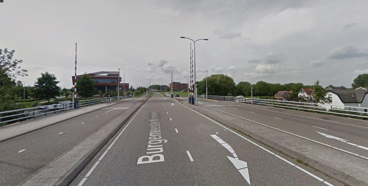 Op dit oude beeld van Google Street View is nog te zien dat er aan beide kanten twee rijbanen zijn.