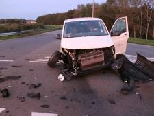 Ravage op N332 bij Holten na botsing tussen busje en auto