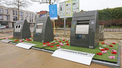 Kunstgras en kunstbloemen aan afvalcontainers moeten sluikstorters tegenhouden