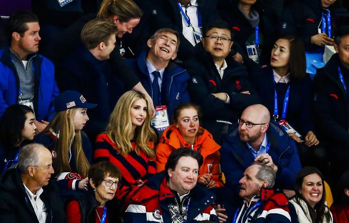 Ivanka Trump, dochter van de Amerikaanse president Donald Trump, zit naast Esmee Visser, tijdens de halve finale massastart schaatsen in de Gangneung Oval tijdens de Olympische Winterspelen van Pyeongchang. Foto Vincent Jannink