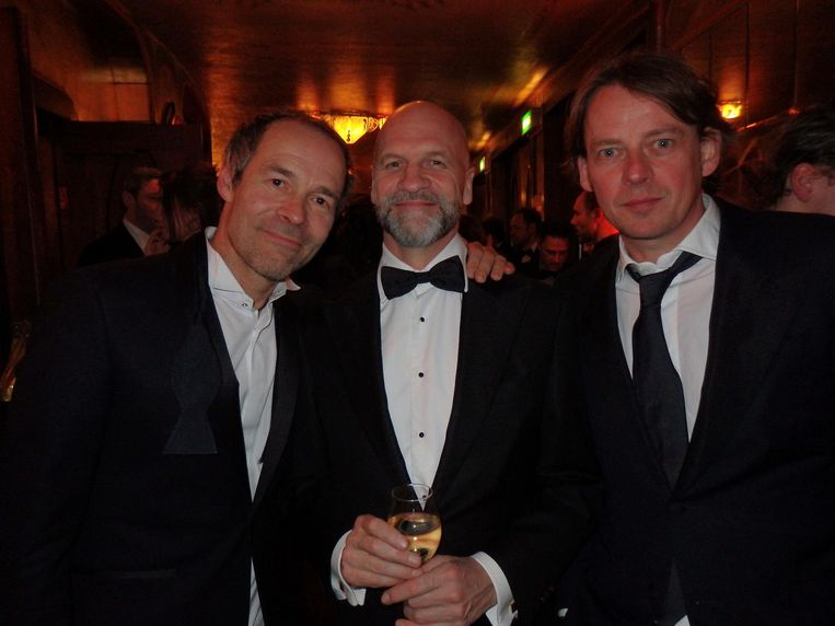 Het succestrio van Publieke werken: regisseur Joram Lürsen, scenarist Frank Ketelaar en producent Frans van Gestel (vlnr): 'Nu gaat het alleen om drank en spijs, hè!' Beeld Schuim