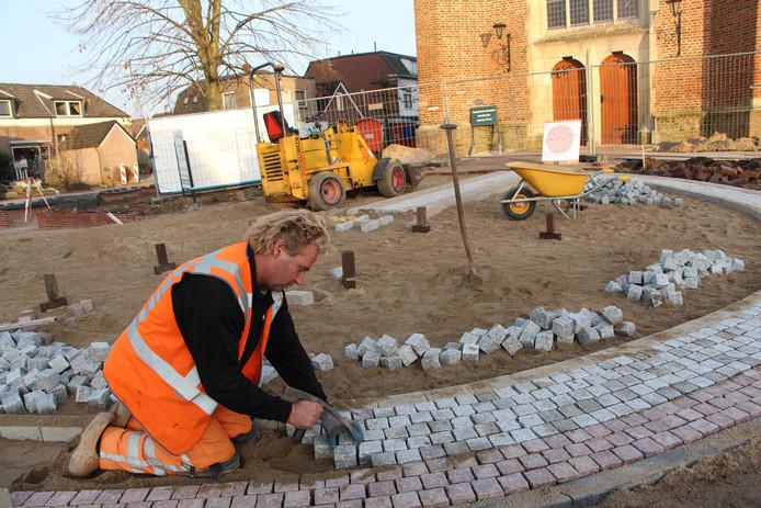Stratenmaker annex Heracles-adept Gertie Leushuis aan het werk in Neede.
