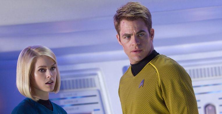 Alice Eve en Chris Pine in Star Trek into Darkness (J.J. Abrams, 2013). Beeld