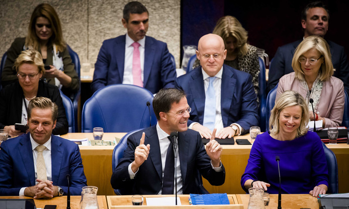 Premier Rutte dolt met zijn vicepremiers Hugo de Jonge (l) en Kajsa Ollongren (r).
