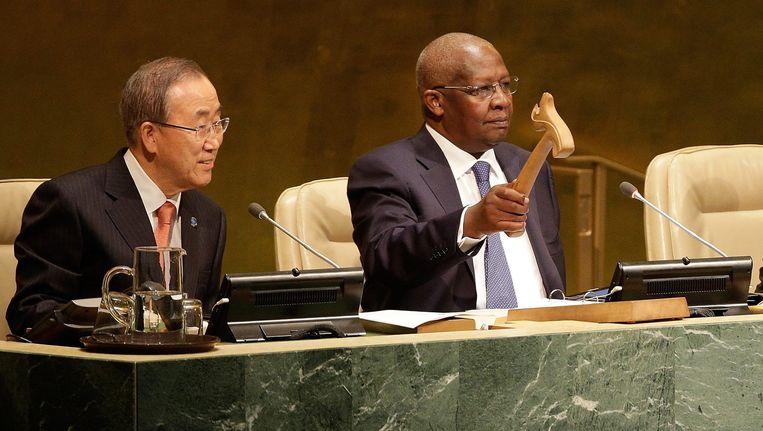 Voorzitter John Ashe (rechts) opent in 2014 een bijeenkomst van de Algemene Vergadering van de Verenigde Naties. Naast hem zit Secretaris Generaal Ban Ki-moon. Beeld epa