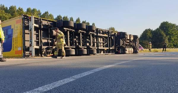 Vrachtwagen gekanteld op afrit A1 bij Hengelo.