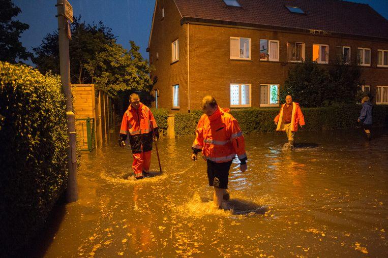 De brandweer kwam ter plaatse om de bewoners in de Minervawijk te helpen.