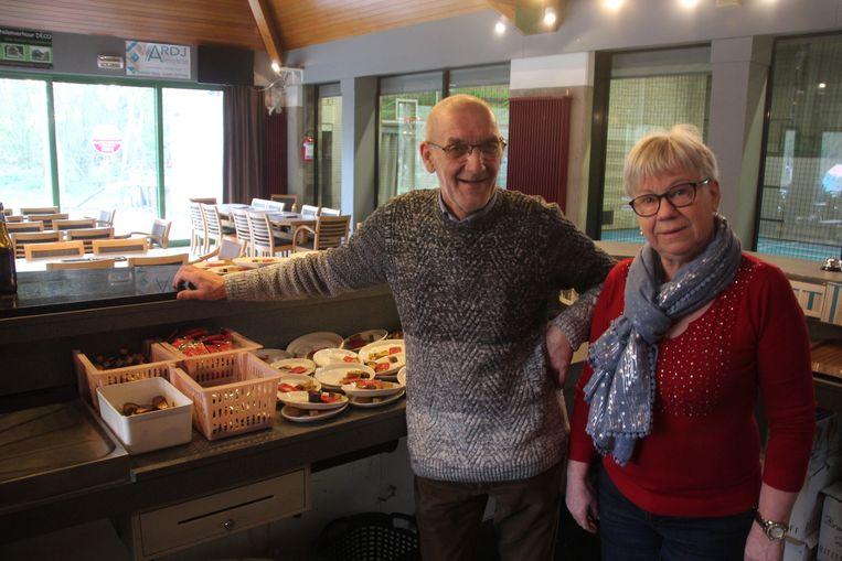 Johan De Schryver en Annie Bavré trekken half juni de laatste keer de deur van de cafetaria dicht.