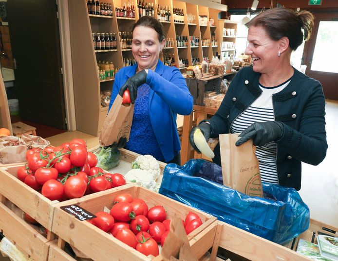 Eigenaressen Judith (links) en Esther Baecke in de boerderijwinkel van de Baeckermat.