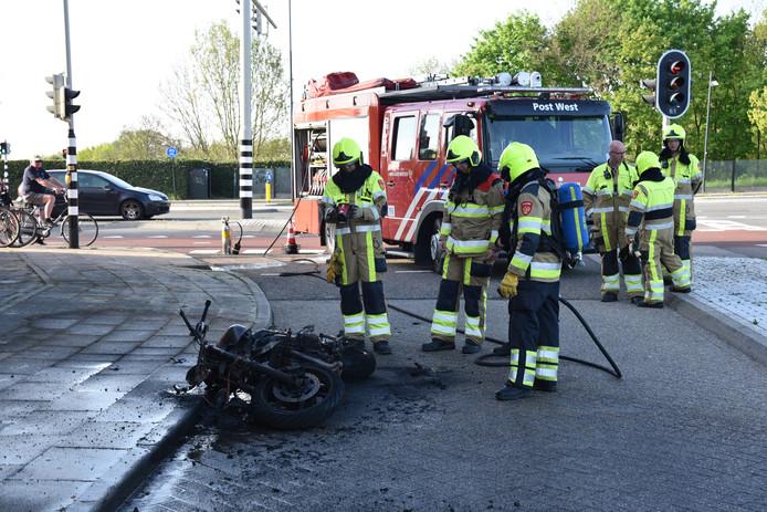 De brandweer bij de uitgebrande motor in Nijmegen.