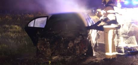 Auto vliegt in brand op de A1 bij Enter