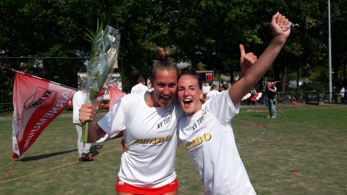 Jeanine Marijs en Anita de Ridder na het kampioenschap van TOP. Zeven weken na het binnenhalen van de titel is de blijdschap  naar groot in Arnemuiden.
