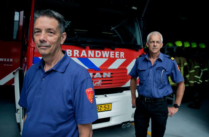 De brandweerofficieren Peter Schot (l) en Luuk van Zoest zagen ruim acht uur na de melding eindelijk geen vlammen of rook meer.