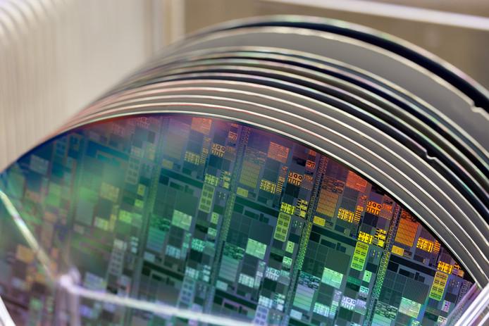 Schijven met chips bij NXP.