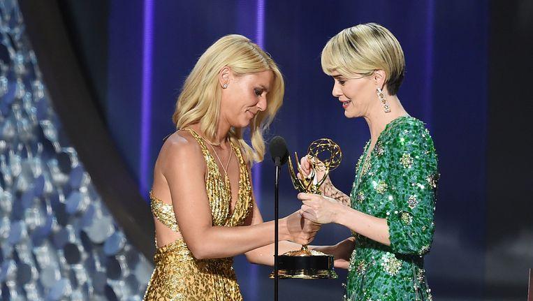 Sarah Paulson (rechts) krijgt de Emmy voor beste actrice in een miniserie overhandigd van Claire Danes. Beeld getty