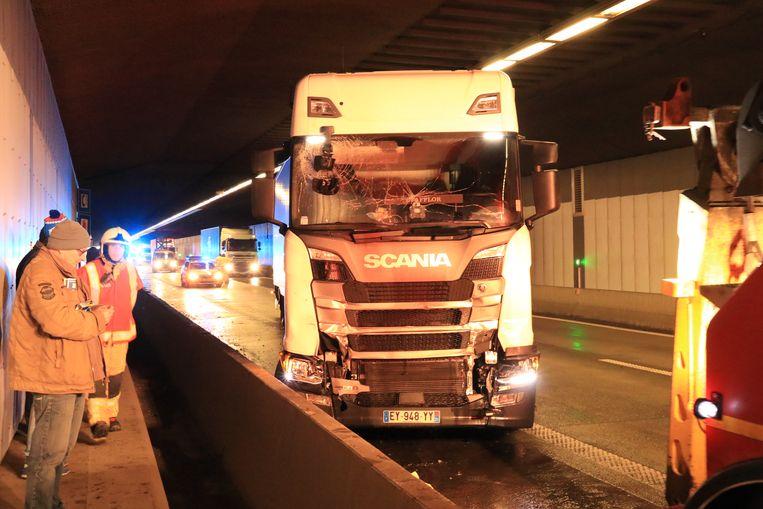 In de Beverentunnel reden maandagmiddag twee vrachtwagens op elkaar in.